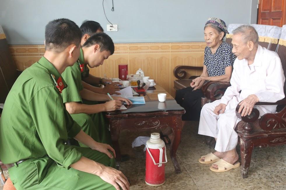 CBCS Công an huyện Tân Kỳ làm thủ tục cấp CMND cho người già tại xã Nghĩa Đồng