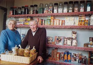 Photo: Hendrik en Geesje Bruining. Hendrik was bakker en ventte ook in Eext. Geesje stond in hun winkeltje in Anloo.