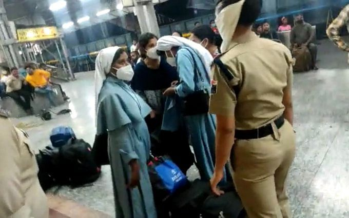 Nuns heckled in UP train, Kerala CM writes to Amit Shah; Shah promises  action