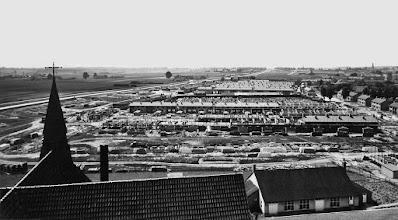 Photo: 1953 - Panorama vanaf kerktoren Broekhoven II met zicht op de nieuwbouw van de woningen tussen de Edisonlaan en Professor Lorentzstraat. Links de Ringbaan Zuid. In het midden de Begraafplaats Professor Lorentzstraat toen nog aan de Groenstraat gelegen.