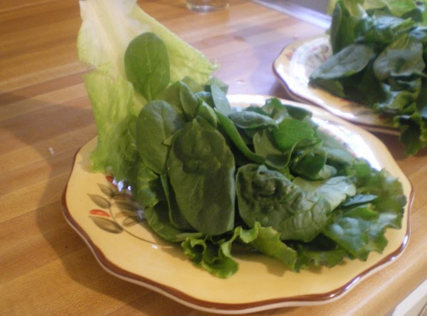 On serving dish place leaf lettuce.  Top with spinach.
