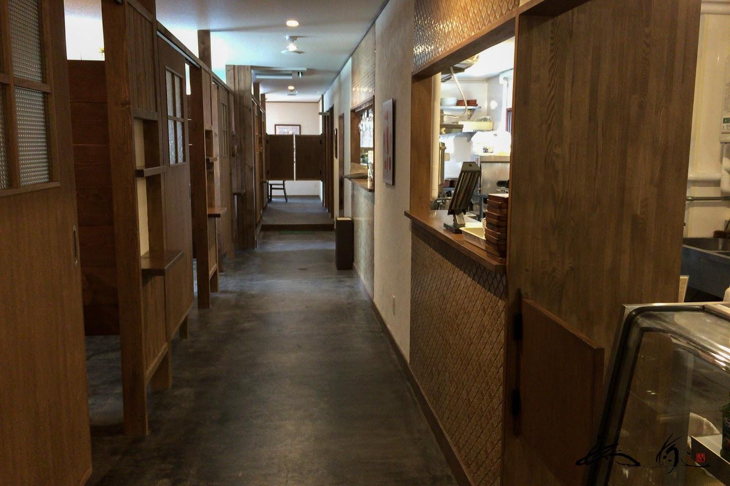 小部屋が並ぶ細長い廊下