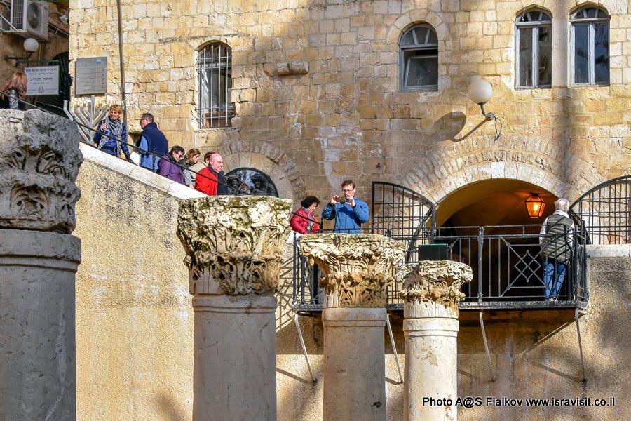 Византийские колоны на улица Кардо в еврейском квартале Иерусалима. На экскурсии с гидом в Иерусалиме Светланой Фиалковой.