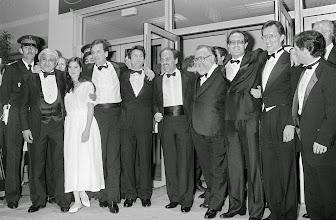 """Photo: Boa parte da equipe e elenco de """"Era uma Vez na América"""". Estão na foto, entre outros: Jennifer Connely, Danny Aiello, Robert De Niro, Sergio Leone, James Woods e Joe Pesci."""