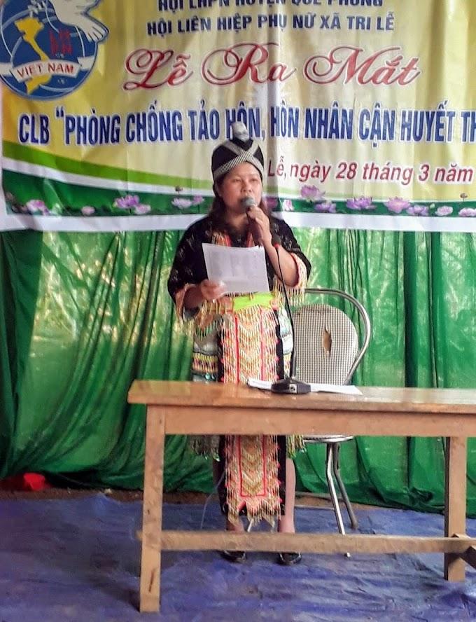 Chị Vi Thị Sinh, Chủ tịch Hội Phụ nữ       xã Tri Lễ, huyện Quế Phong tuyên truyền về phòng, chống nạn tảo hôn                        cho bà con dân bản