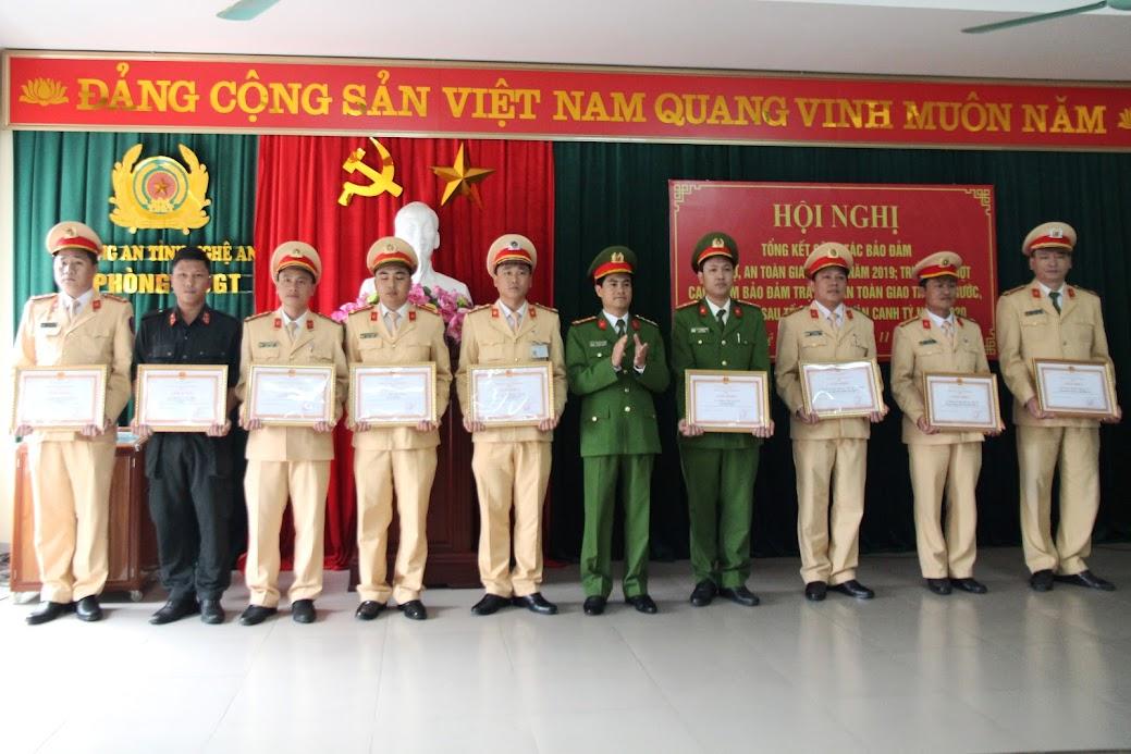 Đồng chí Đại tá Nguyễn Đức Hải trao Giấy khen của Giám đốc Công an tỉnh cho các tập thể, cá nhân có thành tích xuất sắc
