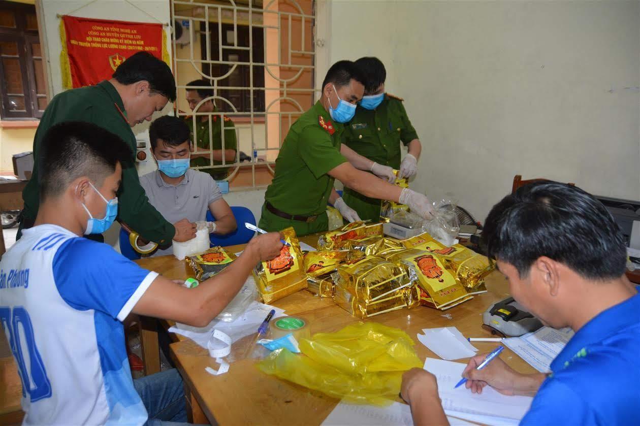 Công an Nghệ An tổ chức lấy mẫu giám định 700 kg ma túy thu được trên địa bàn            huyện Quỳnh Lưu