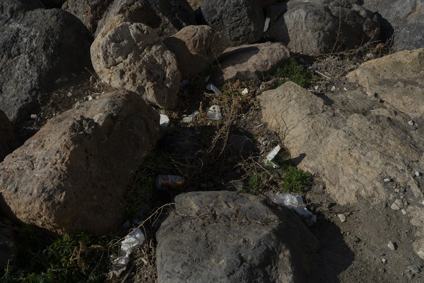 Basura entre las rocas.