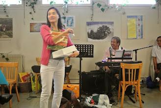 Photo: Bich Mai commence le tirage de la tombola