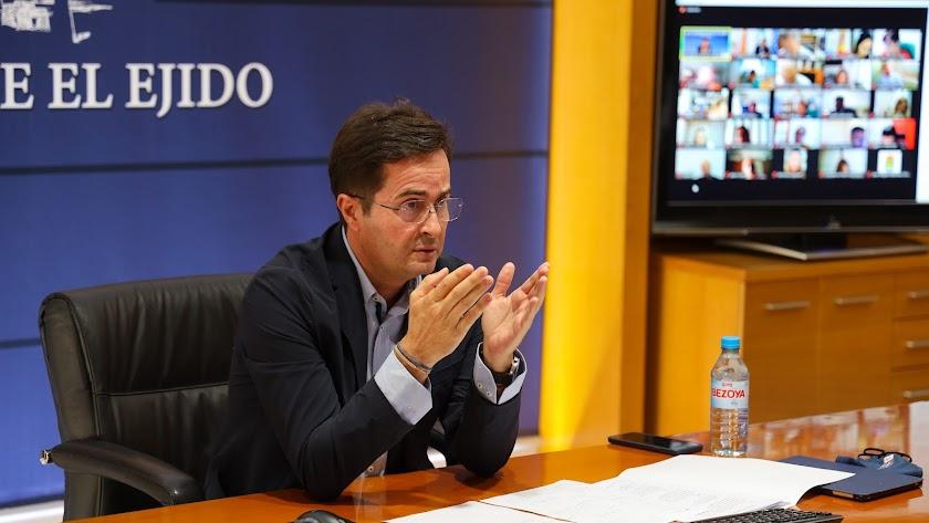 El alcalde de El Ejido, Paco Góngora, durante el desarrollo del pleno.