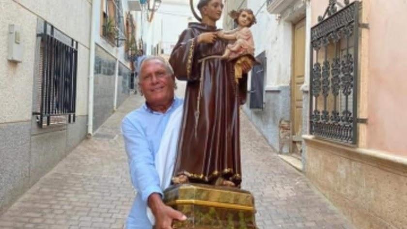Uno de los vecinos con el santo en una imagen que circula en redes sociales.