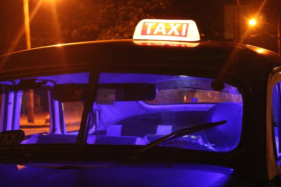 taxi com luz azul no interior