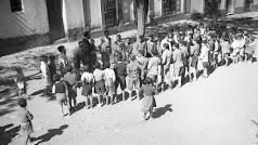 Un maestro  frente al colegio de las Alcubillas, en el término municipal de Gérgal, dando una clase al aire libre.