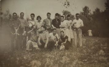 Photo: A la Jira con los pollos de la comida. Proveedor: Anabel Ventureira. Año: 1958.