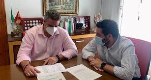 El alcalde, Manuel Jesús Flores Malpica, y el concejal de Hacienda y Seguridad Ciudadana, Juan Manuel Ruiz del Real.
