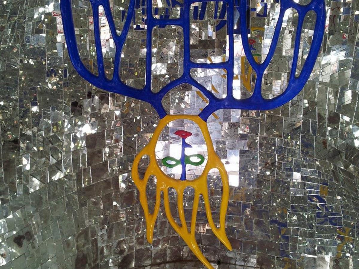 Niki de Saint Phalle, L'Impiccato (negli interni dell'albero della vita nasconde la figura dell'Impiccato), Giardino dei Tarocchi, Capalbio