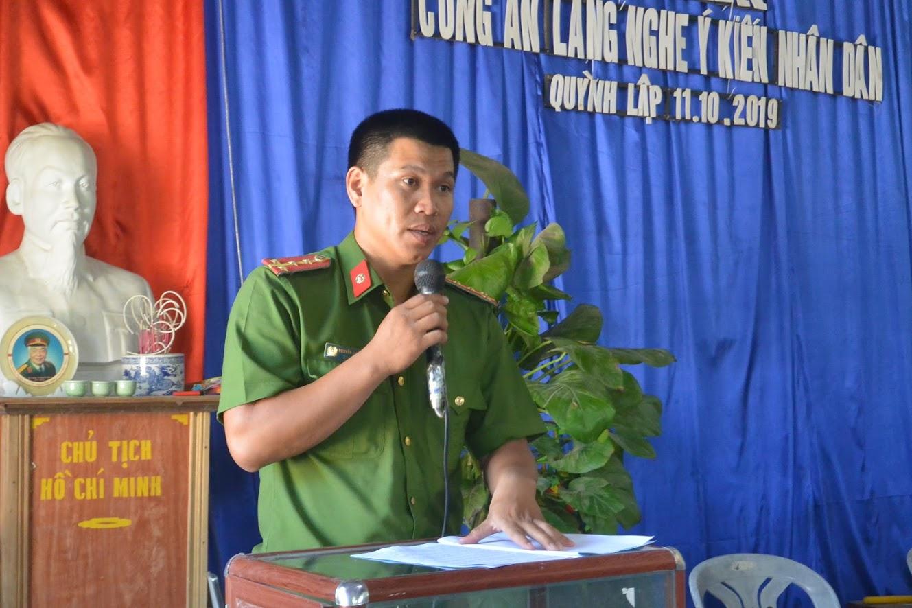 Đại úy Nguyễn Đình Châu, Trưởng Công an xã Quỳnh Lập báo cáo tình hình kết quả công tác từ đầu năm đến nay