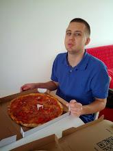 """Photo: První oběd v Měcholupech - Pizza Jižní město přes Dámejídlo. Podle sloganu """"má výborné nejen těsto"""", ale je to spíš dobrý vtip než pravda - je to taková ta typická česká přeplácaná, měla jsem problém si vůbec vybrat oblohu. Ale nebyla špatná, dovoz zadarmo, nestěžuju si. (Bibina mi tu při editaci alba stojí za zády a povykuje """"táta picu! chceš taky picu!"""")"""
