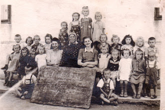 """Photo: Óvodások, 1950, Vágó Éva, XXX, középen a """"sztarenka"""""""