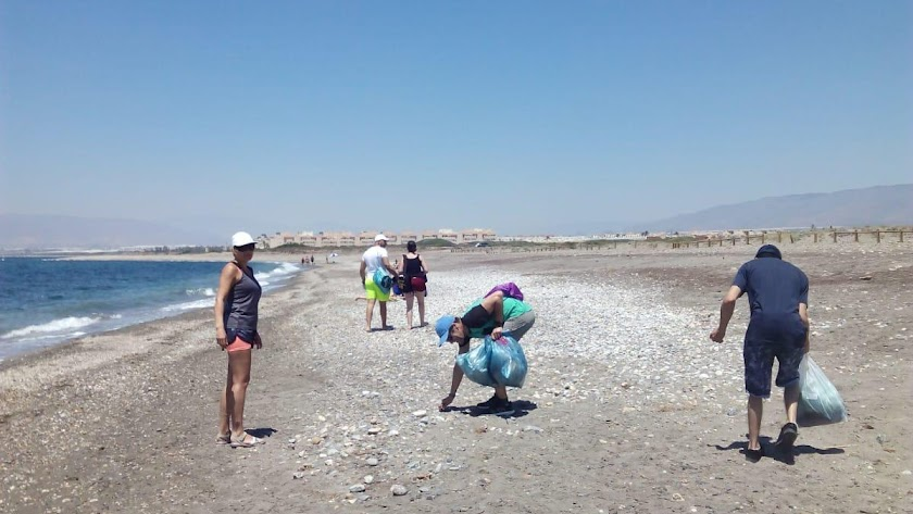 Limpieza de playa por internos.