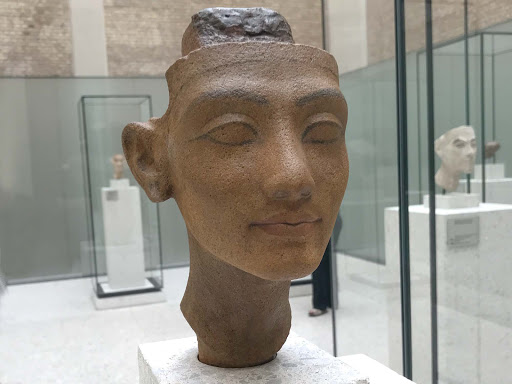 Head-of-a-statue-of-a-queen.jpg - Head of a statue of a queen, Nefertiti or Merit-Aten, dating to 1335 to 1340 B.C. at the Neues Museum.