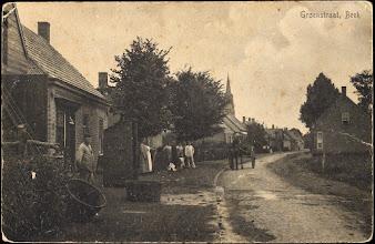 Photo: 1914 Groenstraat, halverwege de straat rijd een paard en kar.