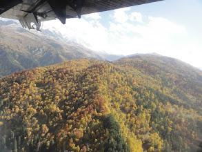Photo: Widok na wschód. Na pierwszym planie Pasmo Tsulari. Na końcu po prawej szczyt Lagulda Zagari (3001). Po lewej Pasmo Lakchkhilda.