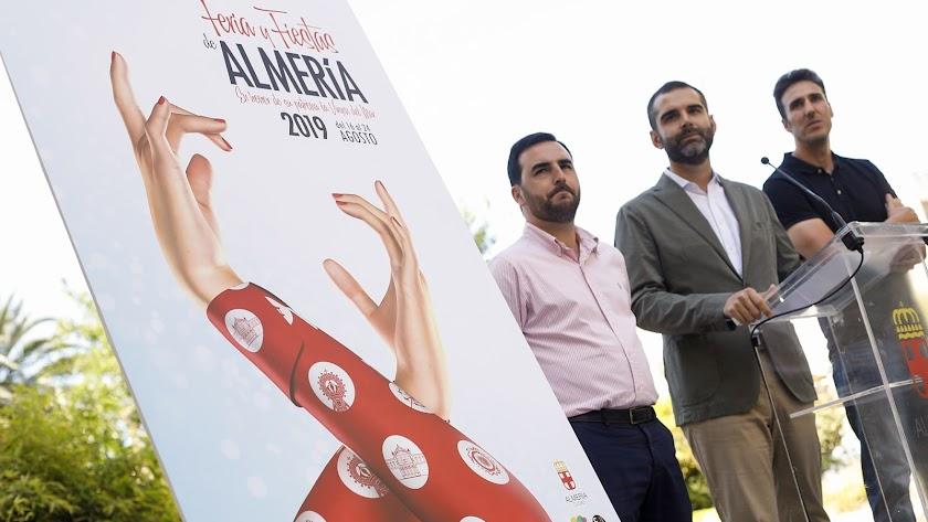Presentación del cartel con el concejal, el alcalde y el autor del diseño, esta mañana en Alcaldía