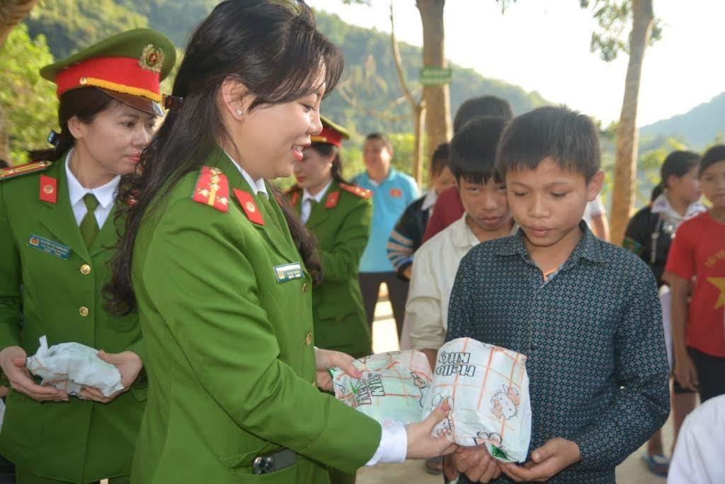 Trao bánh, kẹo cho các em học sinh
