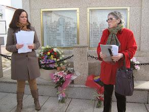 Photo: Integrantes de la Asociación de Familiares de Víctimas de Navas del Madroño junto al monumento que las recuerda en el cementerio de la localidad