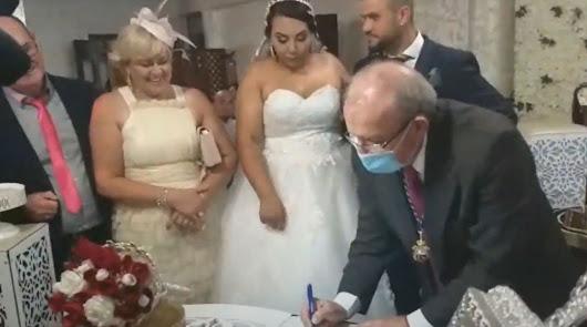Sin mascarillas ni distancias en una boda en Vícar oficiada por el alcalde