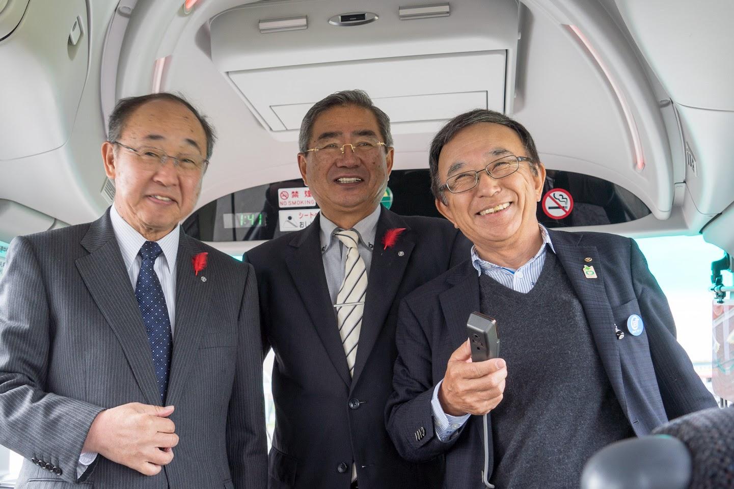 左より:熊田義信 町長、佐野豊 町長、戎谷侑男 社長
