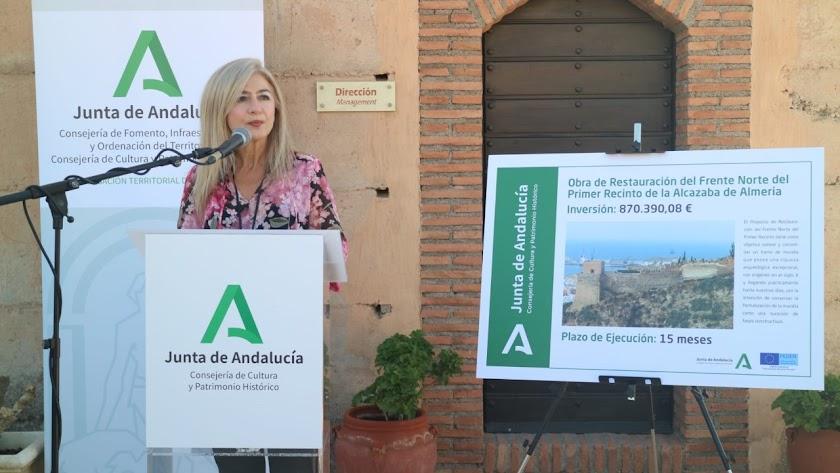 La consejera de Cultura y Patrimonio Histórico, esta mañana en la Alcazaba de Almería.