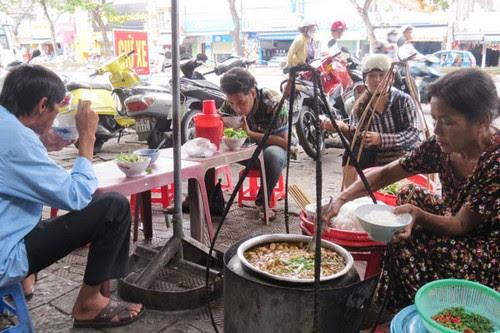 Đi chợ Đông Ba ăn hàng