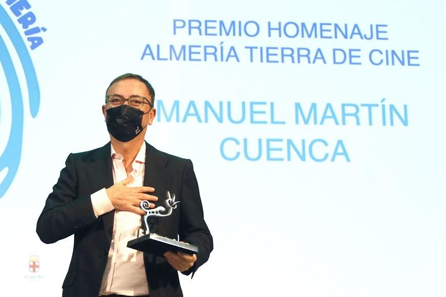 Manuel Martín Cuenca, con el premio Almería, tierra de cine.