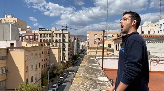 Artistas, deportistas y un sacerdote se asoman al balcón para animar el encierro