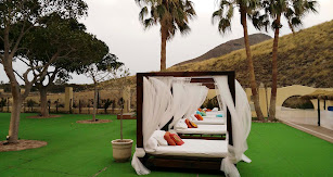 El Camping Los Escullos está situado en pleno Parque Natural Cabo de Gata-Níjar, entre los pueblos de San José y Rodalquilar.