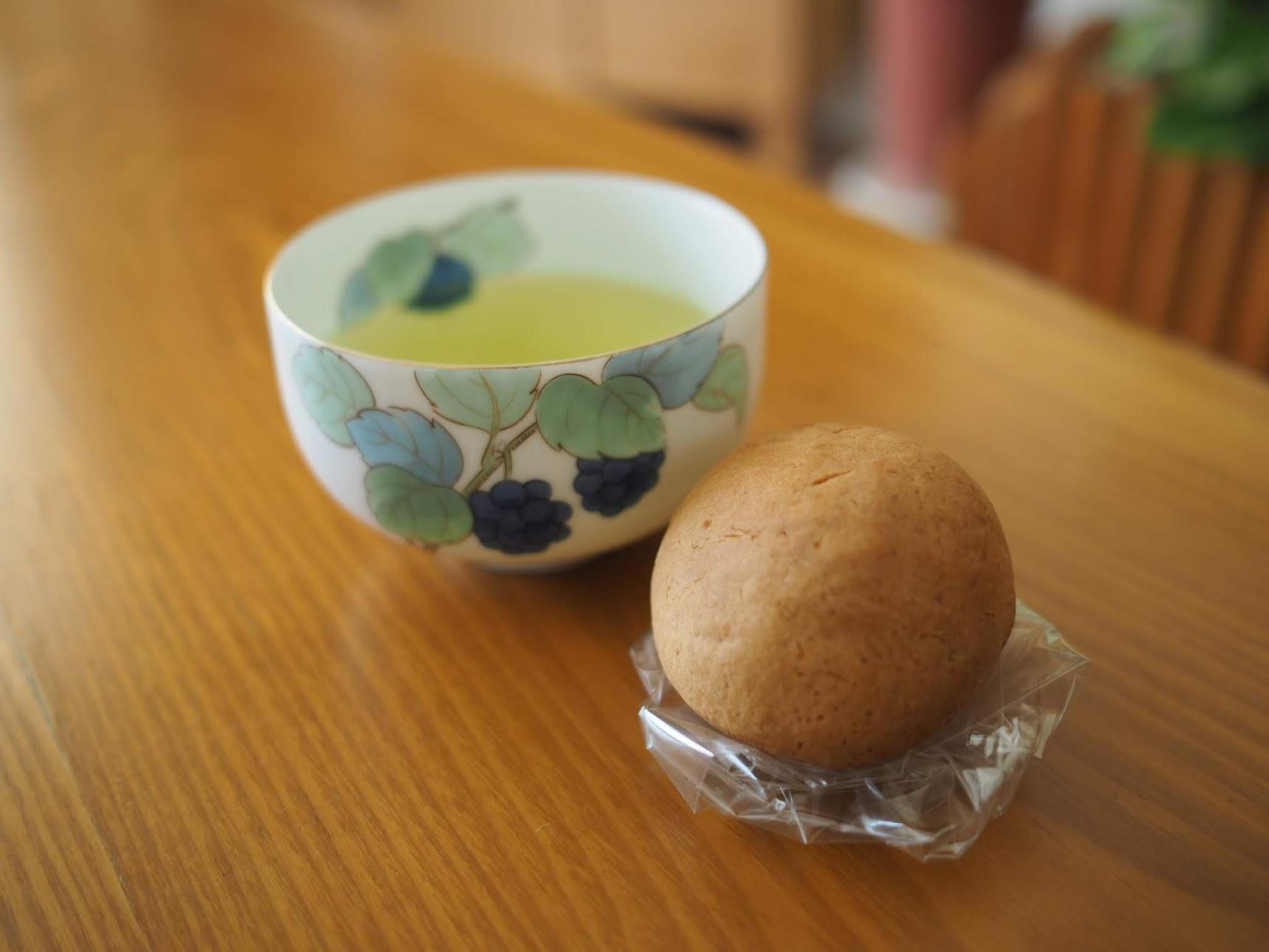 チーズ饅頭とお茶