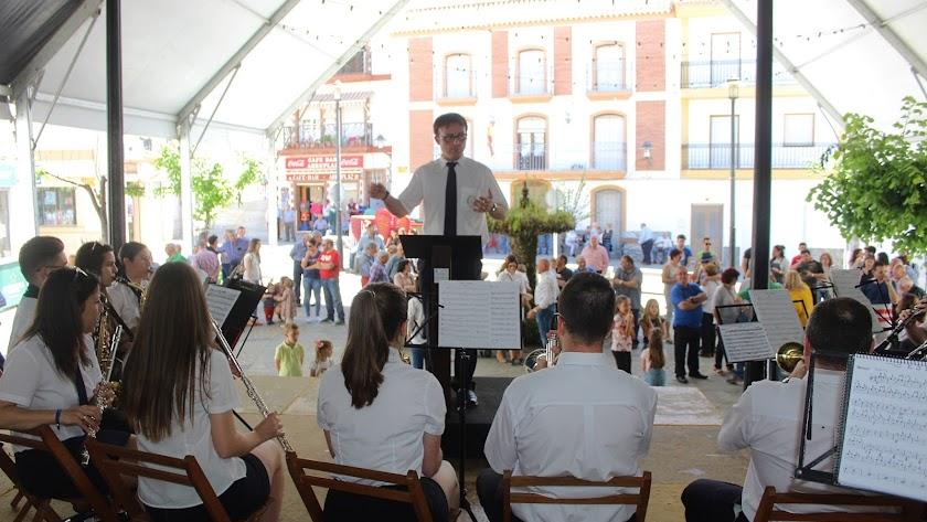 La Agrupación Musical Musimix inauguró la Toma de la Plaza.