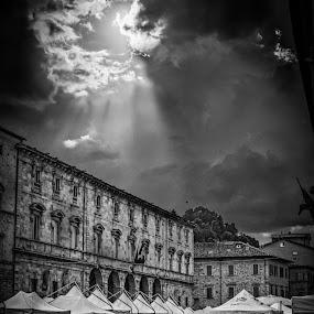 shine by Frans Scherpenisse - Black & White Street & Candid ( clouds, b&w, shine, ascoli piceno, light, italy, sun )