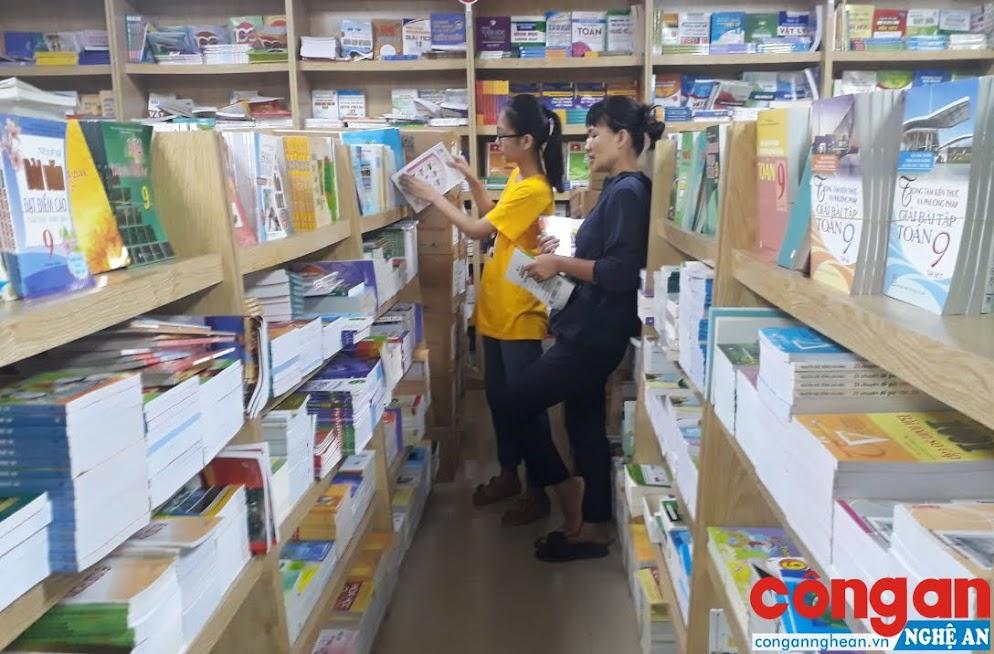 Để tránh tình trạng mua phải sách in lậu, sách giả, phụ huynh và học sinh nên đến mua sách tại các cửa hàng uy tín, không mua sách từ các nguồn trôi nổi trên thị trường