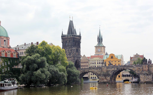 charles-bridge-prague.jpg - The historic Charles Bridge in Prague, the Czech Republic.