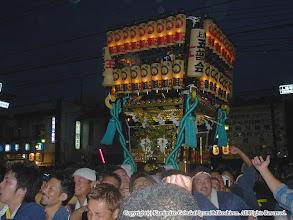 Photo: 【平成16年(2004) 本宮】 盛り上がりを見せる祭典本部前を進む。