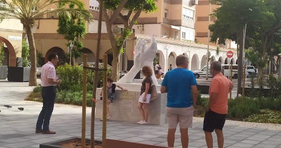Almería, con el aplauso: primeras colas para hacerse una foto con el monumento