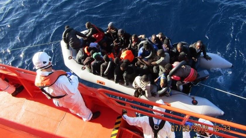 Salvamento Marítimo rescata a los ocupantes de una patera, en una imagen de archivo.