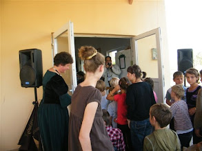 Photo: Emmausi gyermekek sorakoznak az áldás fogadásához.