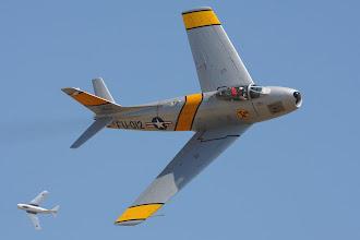 Photo: Sabre, v pozadí MiG-15