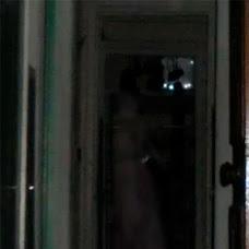 Figura fantasmal al interior de una casa