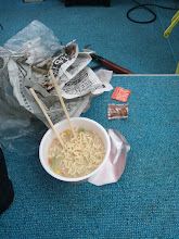 Photo: ラーメンを食べる寸前にヒットした、イノウエさん。 間違いなく「のびのびのラーメン」になるでしょう。