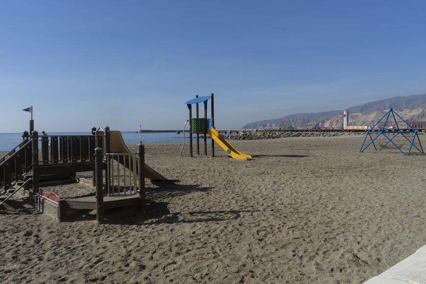 Parque infantil en la misma arena.